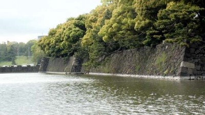 photo of the moat around the Imperial Palace Garden showing a high wall